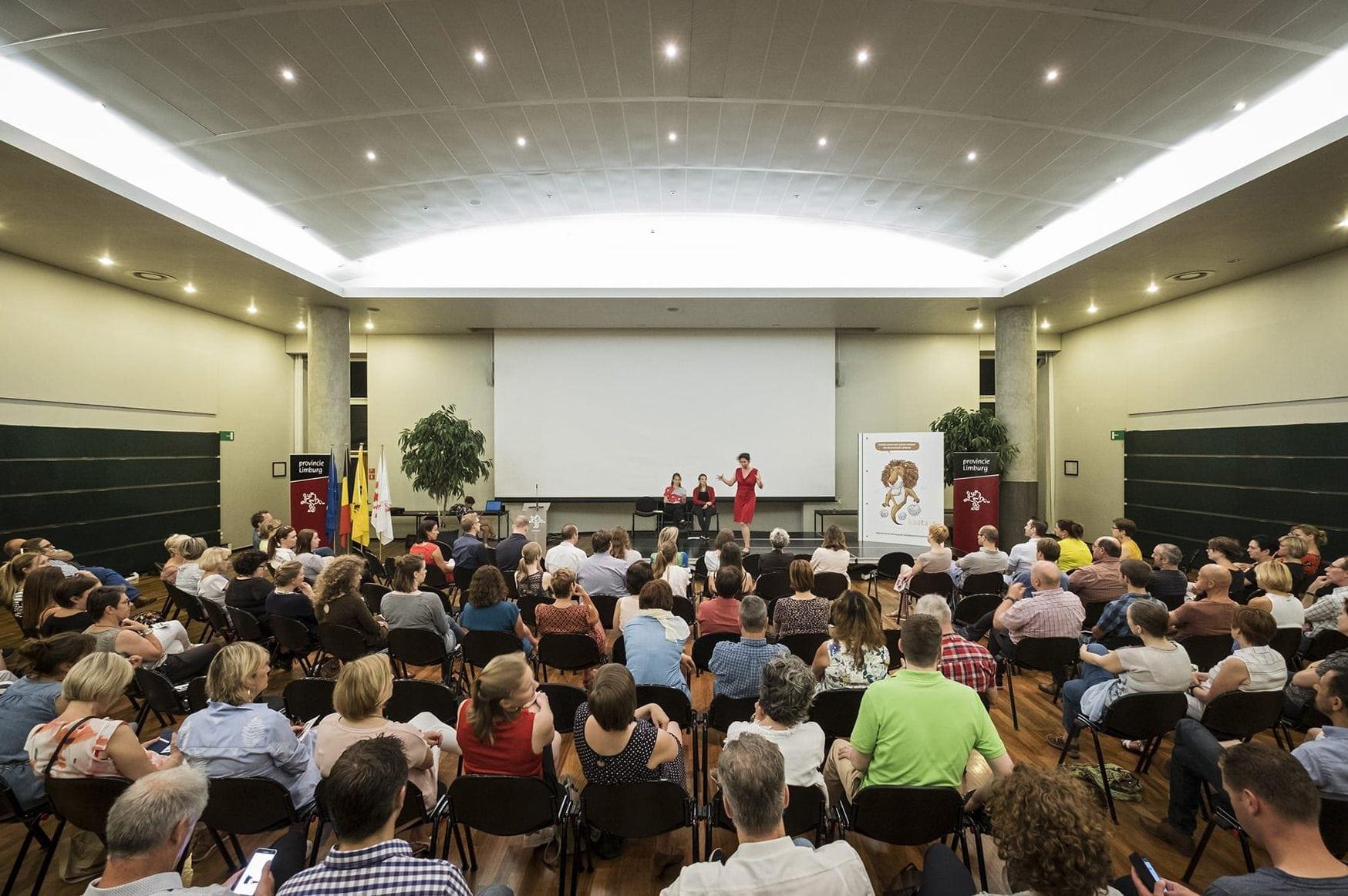 Improvisatietheater als intermezzo op studiedagen en andere bijeenkomsten. Hier voor de nieuwe missie en visie van de provincie Limburg.
